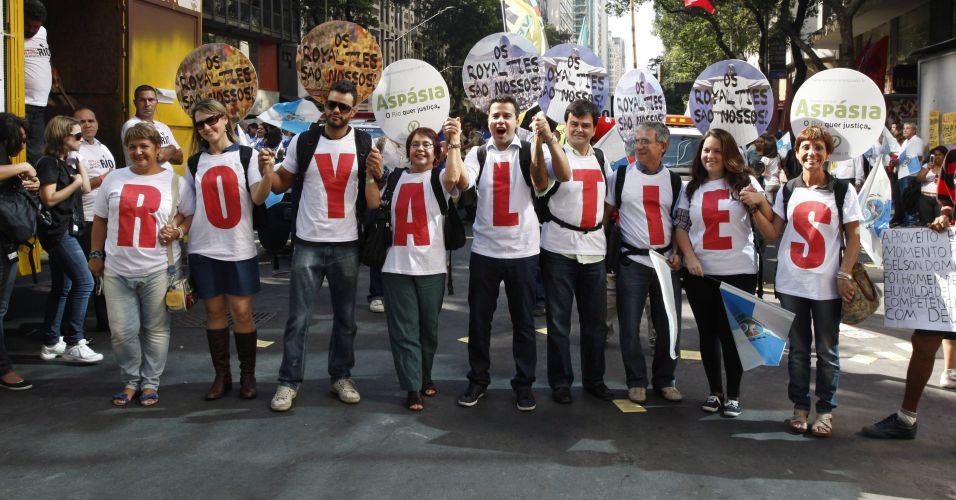 Manifestantes formam cordão humano com a palavra