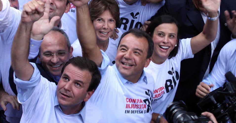 O governador do Rio de Janeiro, Sérgio Cabral (à direita) e o prefeito do Rio de Janeiro, Eduardo Paes (à esquerda), participam de protesto no centro da cidade contra o projeto que reduz os royalties do petróleo para os Estados produtores (Rio e Espírito Santo)