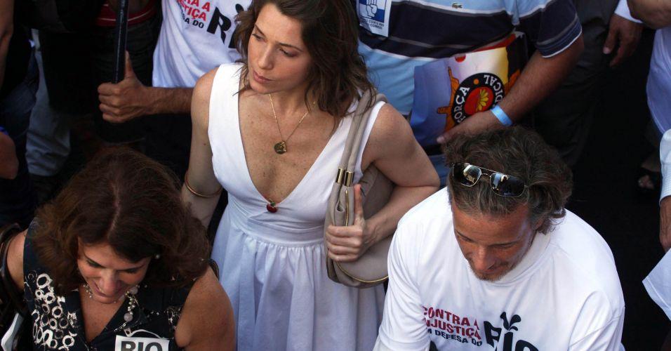 Os atores Marcelo Novaes e Letícia Spiller participam de protesto no centro do Rio de Janeiro contra o projeto que reduz os royalties do petróleo para os Estados produtores (Rio e Espírito Santo)