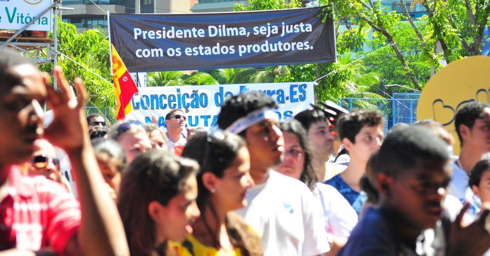 Pessoas protestam em Vitória contra o projeto que reduz os royalties do petróleo para os Estados produtores (Rio e Espírito Santo)