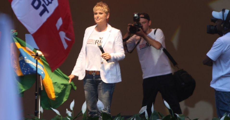A apresentadora Xuxa participa do protesto no centro do Rio de Janeiro contra o projeto que reduz os royalties do petróleo para os Estados produtores (Rio e Espírito Santo)