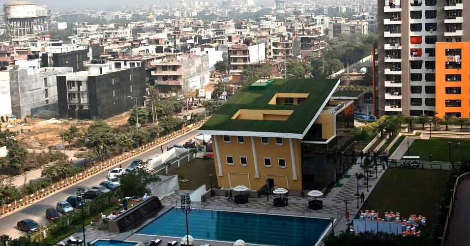 Casa feita de ponta cabeça é vista em rua de Nova Déli, na Índia. A construção, recentemente inaugurada em Indirapuram, deve abrigar uma casa noturna e será a terceira casa