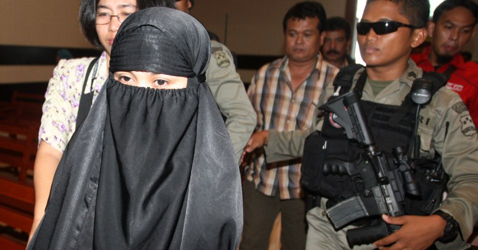 Mulher de suspeito de atentado vai a julgamento