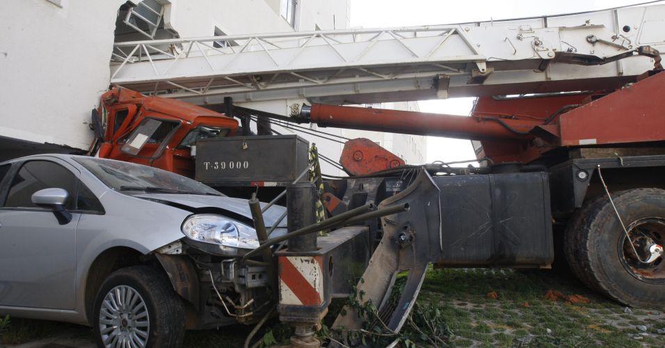 Caminhão invade prédio (MG)