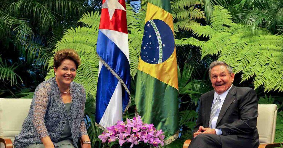 31.jan.2012 - A presidente Dilma Rousseff posa para foto ao lado do presidente de Cuba, Raúl Castro, durante sua primeira visita ao país