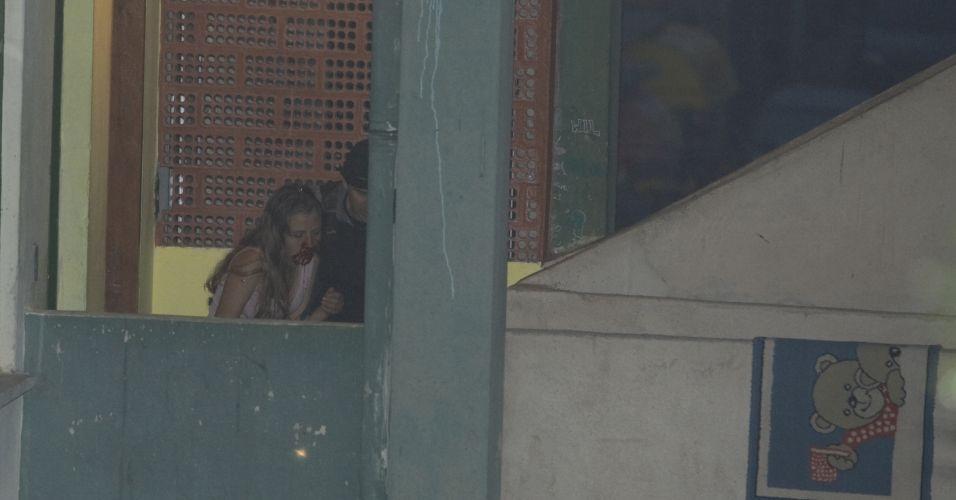 Nayara sai de prédio