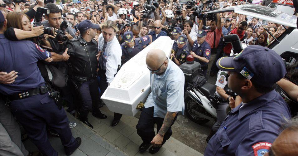 Caixão chega ao cemitério