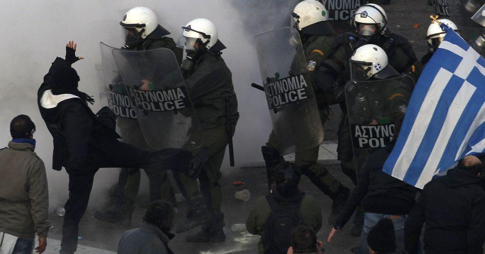 Gregos enfrentam polícia