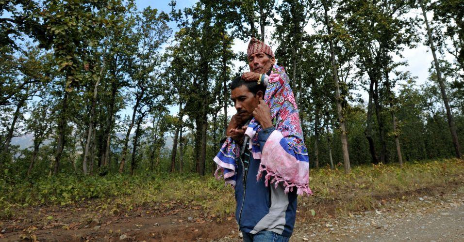 Chandra Bahadur Dangi, um nepalês de 72 anos de idade, alega ser o menor homem do mundo com 56 centímetros. Vítima de desprezo das mulheres e alvo de risadas, Dangi sempre viu sua estatura como uma maldição. Ele espera pela análise do Guinness para ganhar o título de menor do mundo