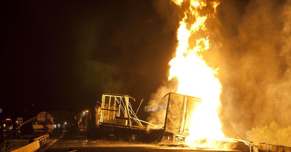 Caminhão pega fogo (RS)