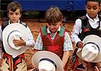 Crianças tentam virar peão sobre carneiro e comem areia